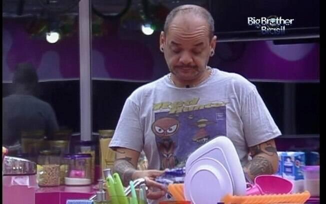 João Carvalho conversa com Laisa na cozinha