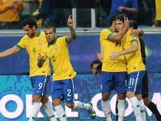 Oscar é abraçado pelos companheiros após marcar o primeiro gol