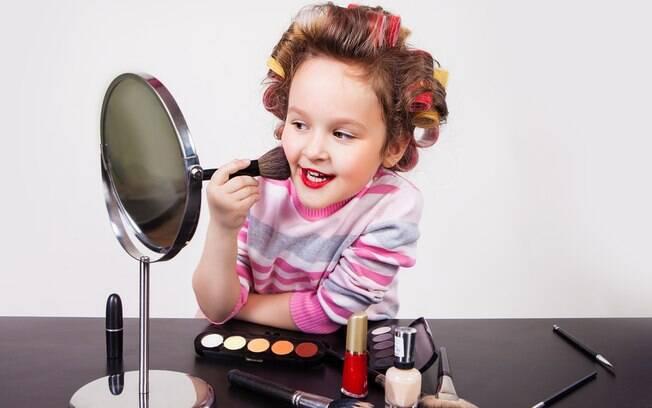 Algumas mães acreditam que não há problema em deixar filhas usarem maquiagem, enquanto outras não apoiam o uso