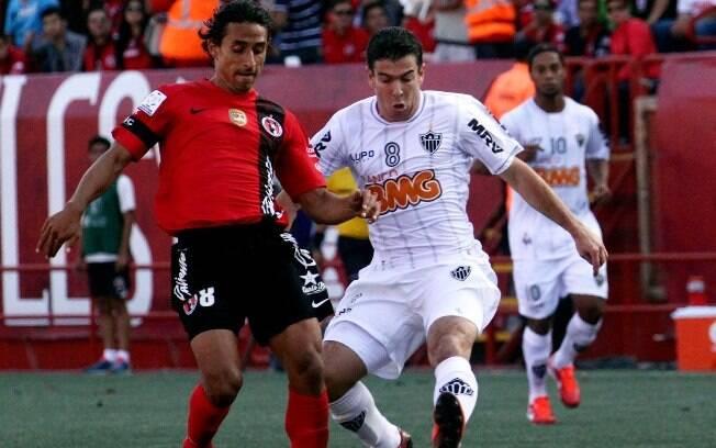 Leandro Donizete tenta desarmar Arce no duelo  do Atlético-MG contra o Tijuana