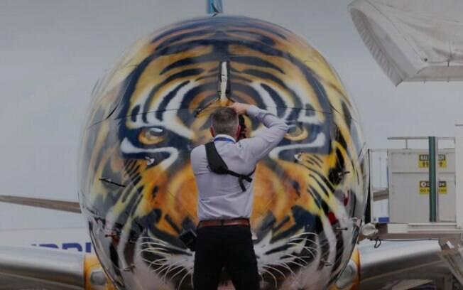 Avião da Embraer foi lançado com pintura de tigre; funcionário criou visual tubarão à mão livre