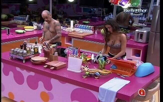 João Carvalho tem a companhia de Laisa na cozinha