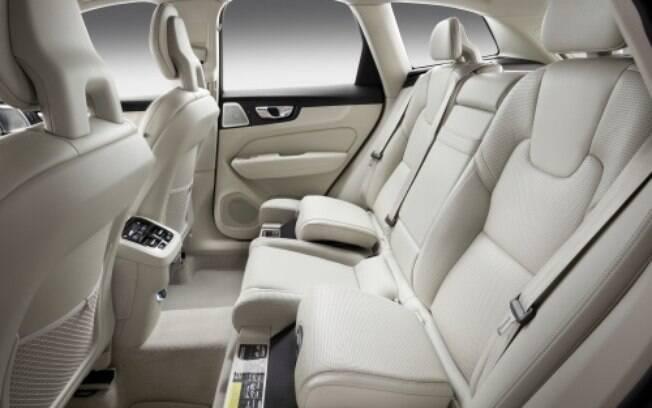 Assentos infantis ficam embutidos nas extremidades dos bancos traseiros do Volvo XC60 da linha 2019