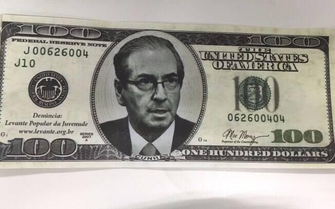 Eduardo Cunha foi parar em notas de US$ 100 durante protesto na Câmara nesta quarta-feira