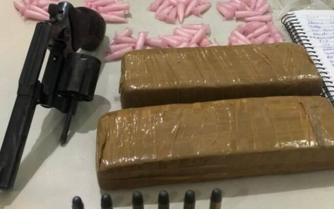 Droga, revólver e material foram apreendidos pelo Baep.