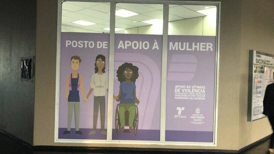 Cartazes expostos nos Postos de Apoio à Mulher