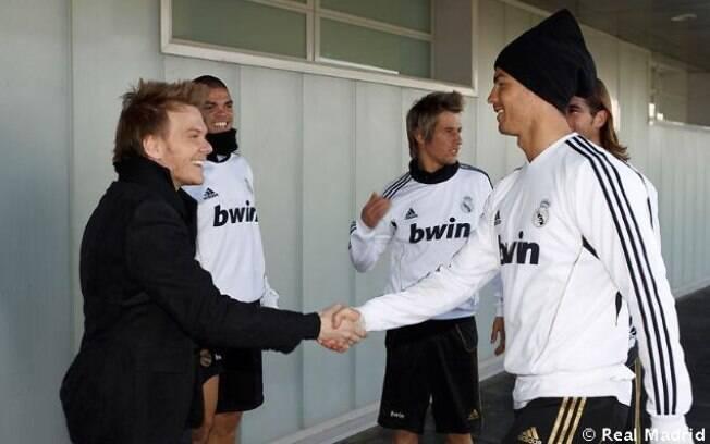 Michel Teló se encontra com Cristiano Ronaldo e Kaká no centro de treinamento do Real Madrid, na Espanha