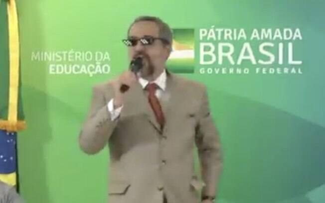 Ministro da Educação, Abraham Weintraub, usando óculos de meme após coletiva.