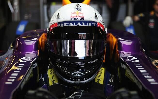 Vettel usou um capacete em homenagem a Felix  Baumgartner, homem que saltou de paraquedas da  estratosfera