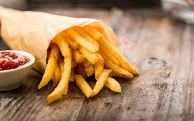 Frituras, como é o caso da batata frita, também pedem cautela no consumo