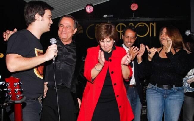 Ronnie Von ao lado da mulher Cristina e dos filhos Léo, Ronaldo e Alessandra, no palco de estreia do caçula