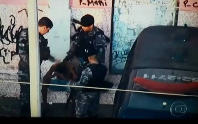 Tapa de policial em morador foi flagrado por equipe de TV durante operação