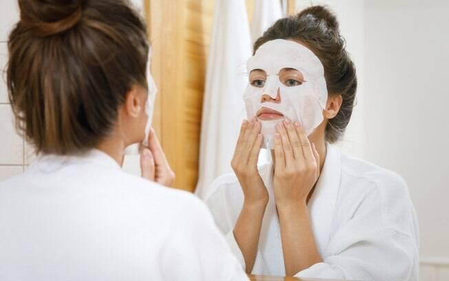 A máscara facial de papel possui tantos benefícios quanto as demais e, dessa forma, o líquido dela pode ser aproveitado