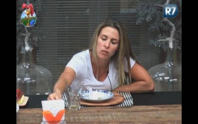 Joana almoça sozinha
