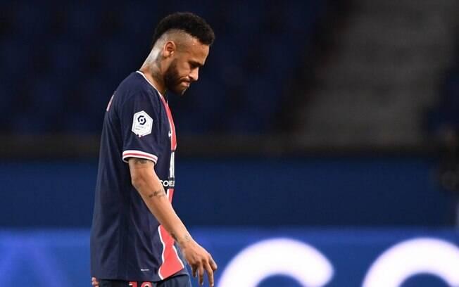 Neymar deixa o campo