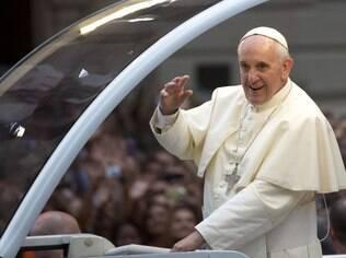 Papa percorre as ruas do Rio com papamóvel aberto