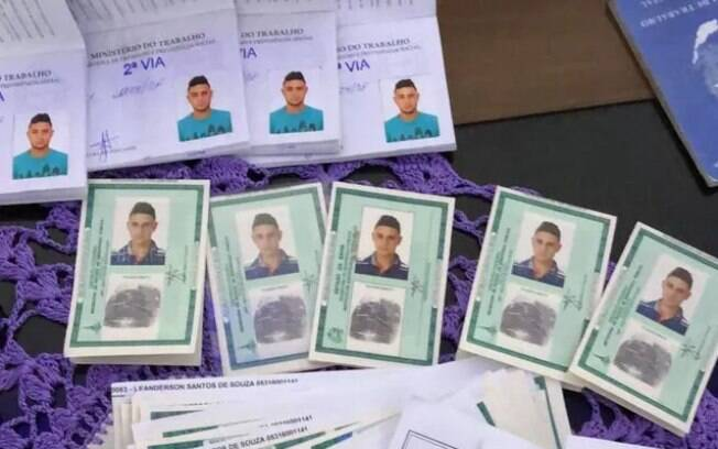 Documentos apreendidos durante operação da Polícia Federal de São Paulo contra fraudes no seguro-desemprego
