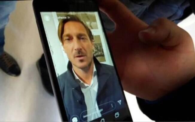 Francesco Totti mandou um vídeo para Michele Fiscaletti, jovem jogador de futsal ferido em boate