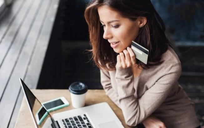 Ao comprar roupas online, procure todas as informações necessárias sobre a loja para realizar o pagamento de forma segura