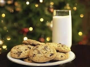 Um prato com leite e biscoitos deixará claro que o bom velhinho passou pela casa
