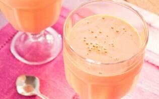 Vitamina de iogurte com manga e morangos