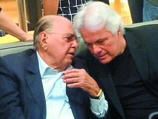 Grandes amigos - Na vernissage de Bernardo Pitanguy, os cirurgiões plásticos Ivo Pitanguy e Carlos Eduardo Leão, trocando ideias sobre arte contemporânea