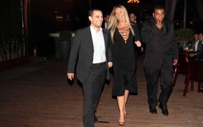 Adriane Galisteu distribui sorrisos na chegada ao evento