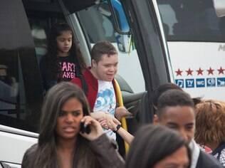 Cinco ônibus fretados os levaram as crianças e seus acompanhantes até o parque, próximo a SP