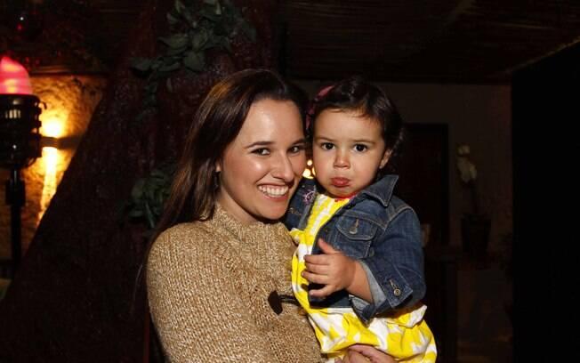 Entre os convidados estavam: Mariana Belém, com a filha Laura...
