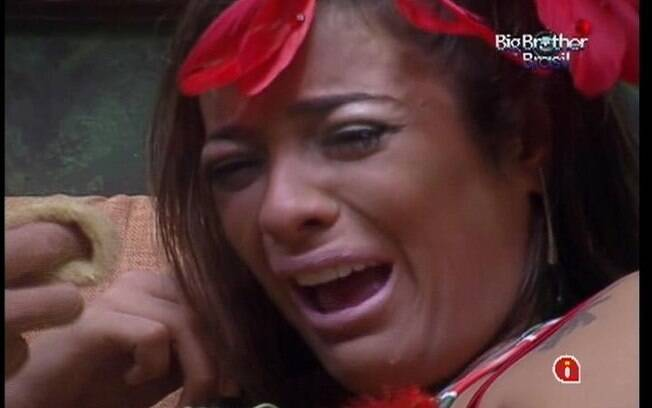Monique chora muito pela roupa dada pela produção