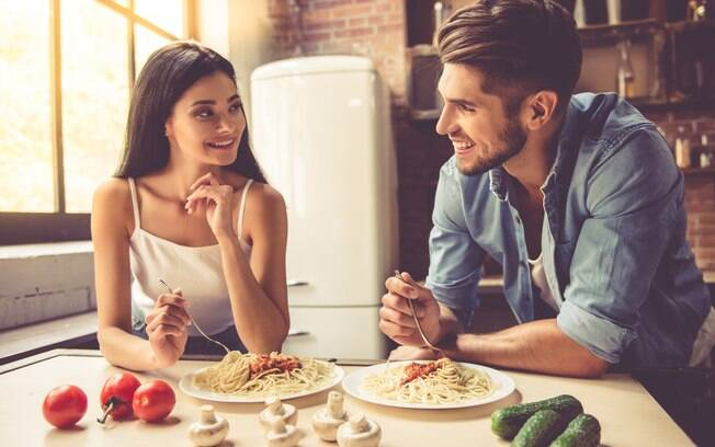 A maior parte dos solteiros prefere encontros como jantares, porque é nessa situação que o assunto flui com facilidade