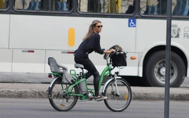 Após se emocionar no programa, Fernanda Lima andou de bicicleta no Rio
