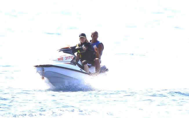 Madonna e Brahim andam de jet sky durante férias na França