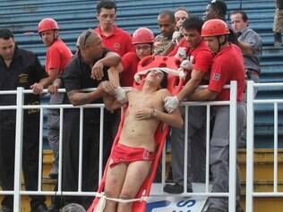 SC - BRASILEIRÃO/ATLÉTICO-PR X VASCO/BRIGA - GERAL - Torcedor do Atlético Paranaense é encaminhado para hospital durante o confronto com   torcedores do Vasco nas arquibancadas da Arena Joinville, durante a partida entre as   equipes, válida pela última rodada do Campeonato Brasileiro, em Joinville (SC), neste   domingo (08).   08/12/2013 - Foto: FRANKLIN DE FREITAS/ESTADÃO CONTEÚDO