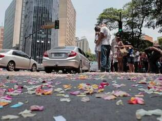 Praça Sete ficou colorida de pétalas de rosa nesta sexta-feira