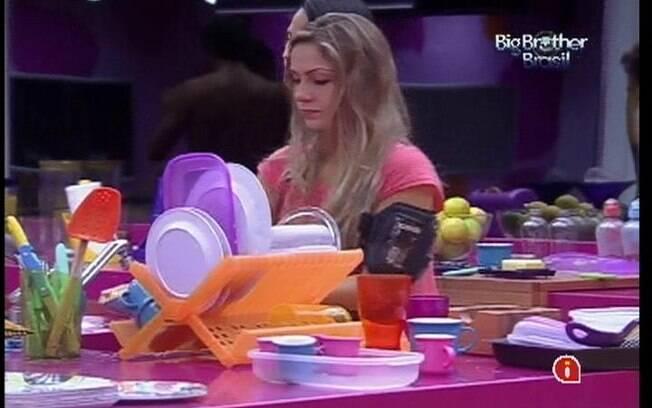 Renata avisa Jonas que não convidará o rapaz para dormir com ela caso se torne Líder na próxima semana
