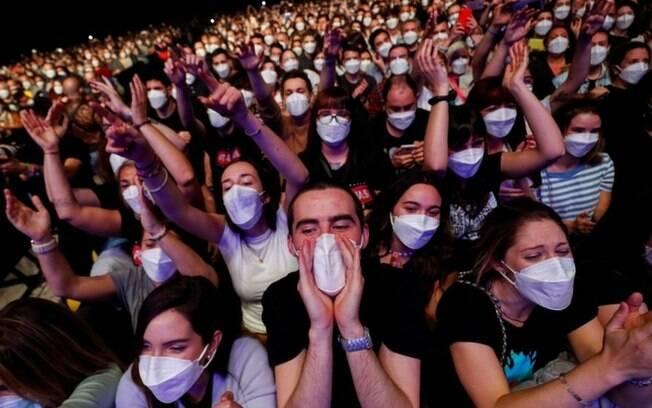 Covid: como só 6 se infectaram com covid-19 em show com 5 mil pessoas em Barcelona?