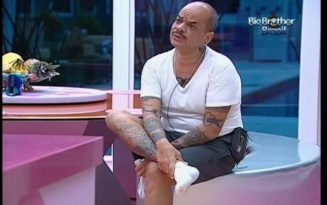 João Carvalho conversa com sisters na cozinha
