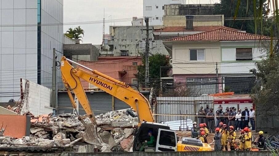 Trabalho de buscas após desabamento de prédio na Zona Sul de São Paulo