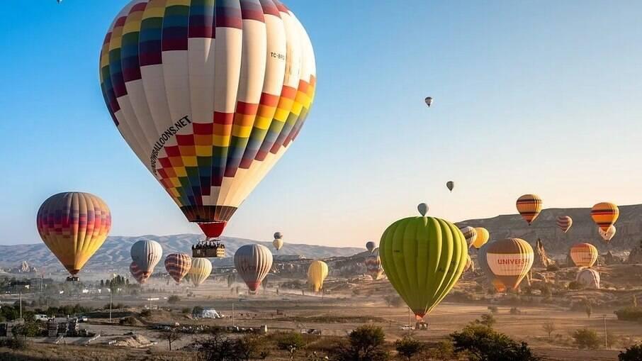 Passeios de balão pela Capadócia. Hoje partem cerca de 100 balões ao dia