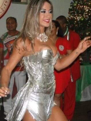 Mayra samba antes de receber a faixa de musa