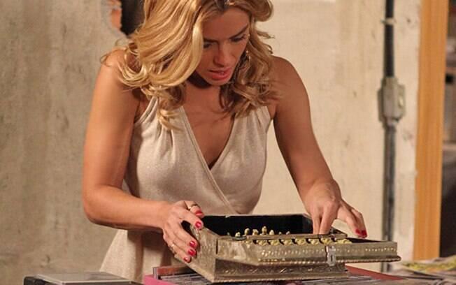 Teodora vibra ao encontrar caixinha repleta de miniaturas chinesas em marfim