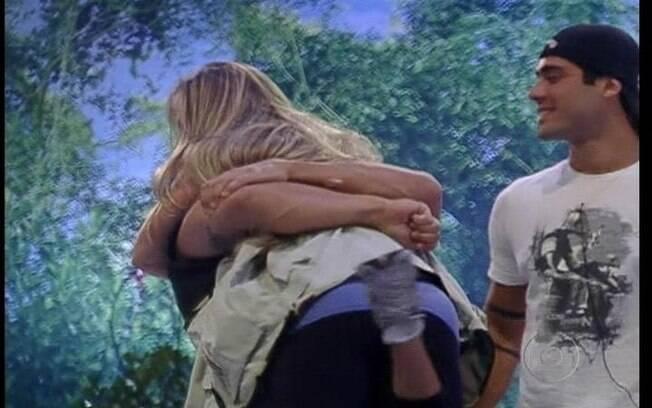 Renata abbraça Ronaldo após ganhar a liderança
