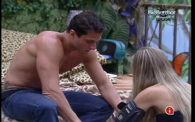 Ronaldo ajuda Renata a fazer sua mala