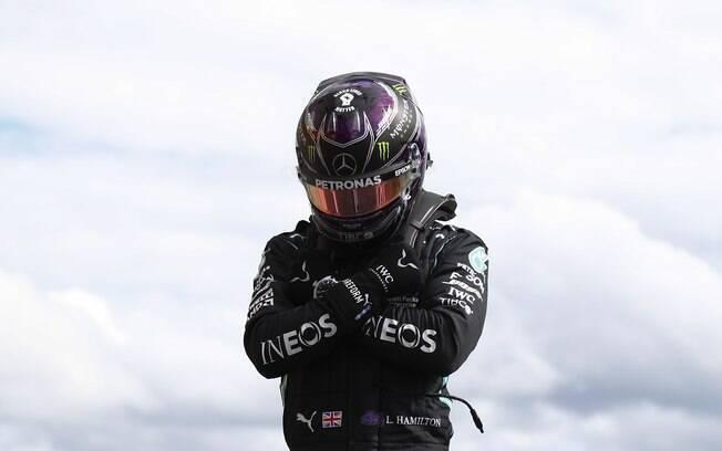 Hamilton cravou o tempo de 1:41.252 e garantiu a 93ª pole position da carreira