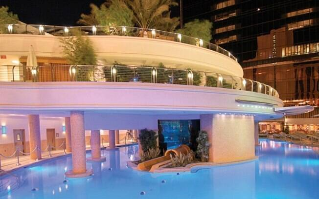 O hotel Golden Nugget, em Las Vegas, é famoso por sua piscina, que tem um aquário no centro. Você pode nadar por lá ao lado de tubarões