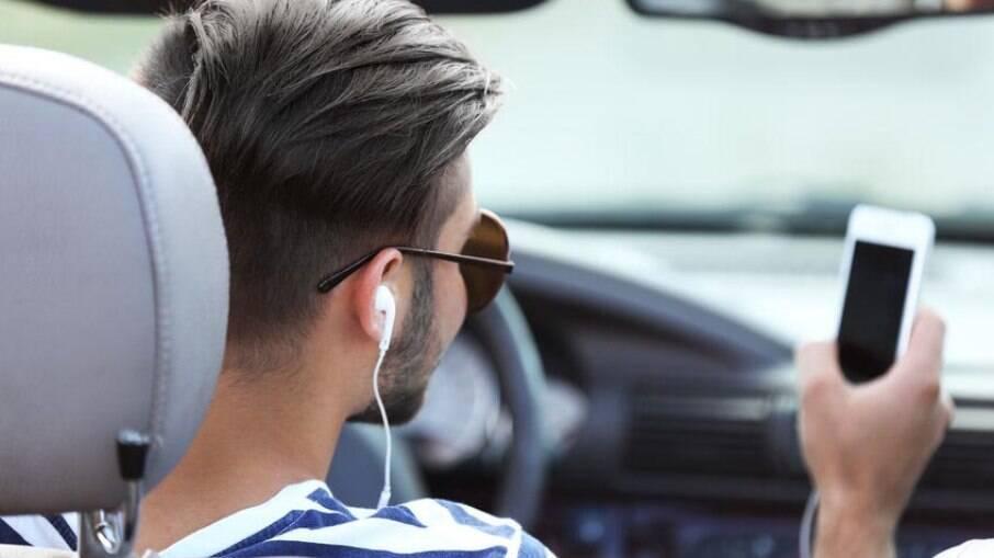 Quem dirige com fone de ouvido está sujeito a multa de R$ 130,16 e de sofrer um acidente de trânsito