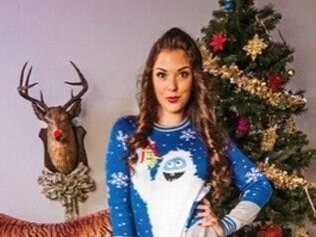 Nas imagens, as atrizes aparecem vestidas com suéteres com estampas natalinas