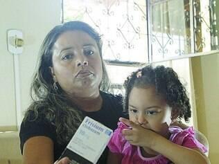 Deslocamento.  Moradora de Contagem, Silênia teve que ir a Betim para comprar remédio para a filha