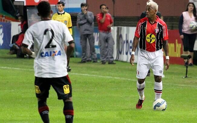 Marcelinho Paraíba domina a bola e cadencia o jogo do Joinville durante a derrota para o Atlético-PR. Foto: Reprodução/Facebook/Joinville